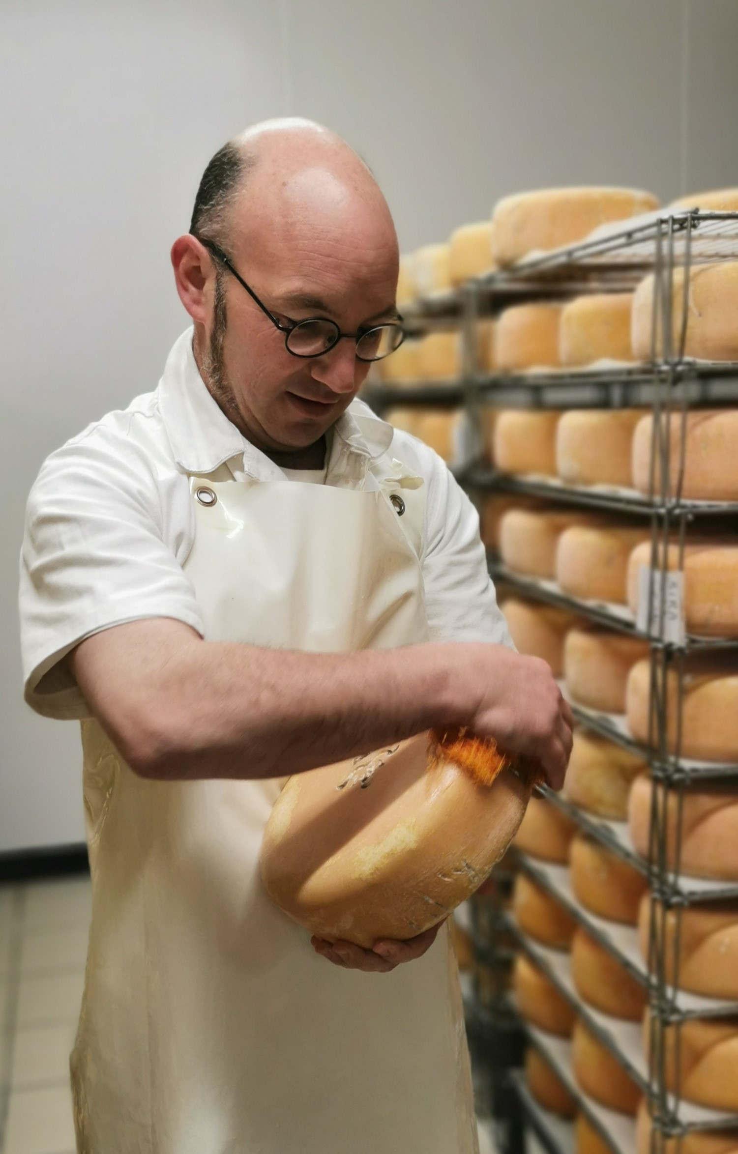 Le travail d'affinage des fromages.