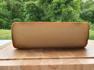 fromage fermier Ossau Iraty prêt pour la vente.